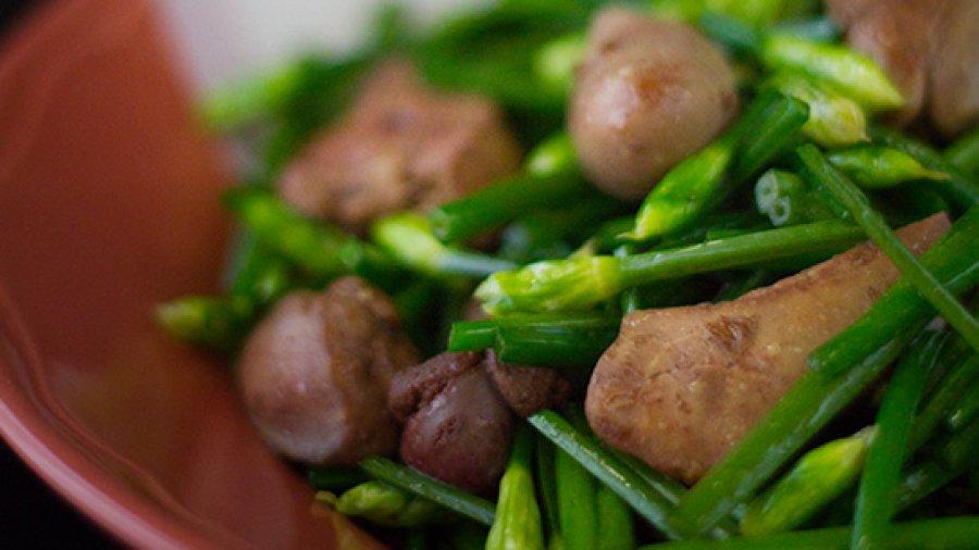 Pork Liver Stir-Fried With Flowering Chives ; ดอกกุยช่ายผัดตับหมู ; daawk guy chaai phat dtap muu