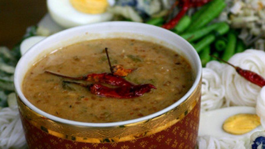 Rice Noodles with Shrimp and Aromatic Coconut Sauce (khanohm jeen naam phrik goong; ขนมจีนน้ำพริกกุ้งสูตรมหาเด็ด)