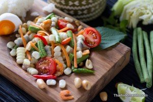 Spicy Som Tam Recipe of Gelatinous White Corn <br>(sohm dtam thai khaao phoht ; ส้มตำไทยข้าวโพด)