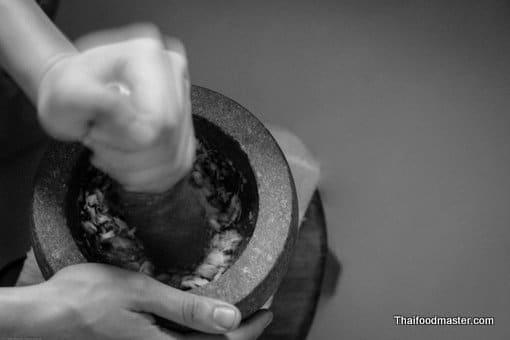 ม้งกรคาบแก้ว กับ ม้าฮ่อ ; mohng gaawn khaap gaaeo + maa haaw