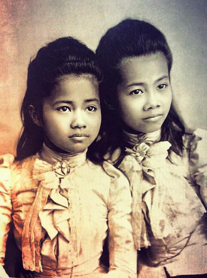 Sohmdet Ying Naawy (สมเด็จหญิงน้อย) and Sohmdet Ying Glaang (สมเด็จหญิงกลาง)