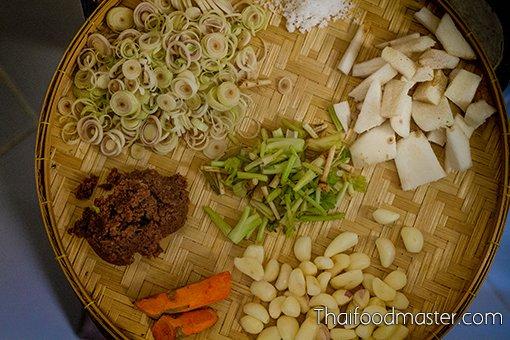 แกงเผ็ดลูกทุ่งภาคใต้ ; Southern Thai Curry of Pork, Three Peppers and Young Galangal